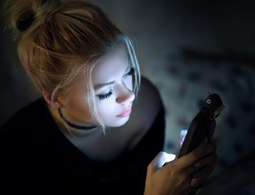 Cómo proteger los ojos de la pantalla del móvil de una manera sencilla